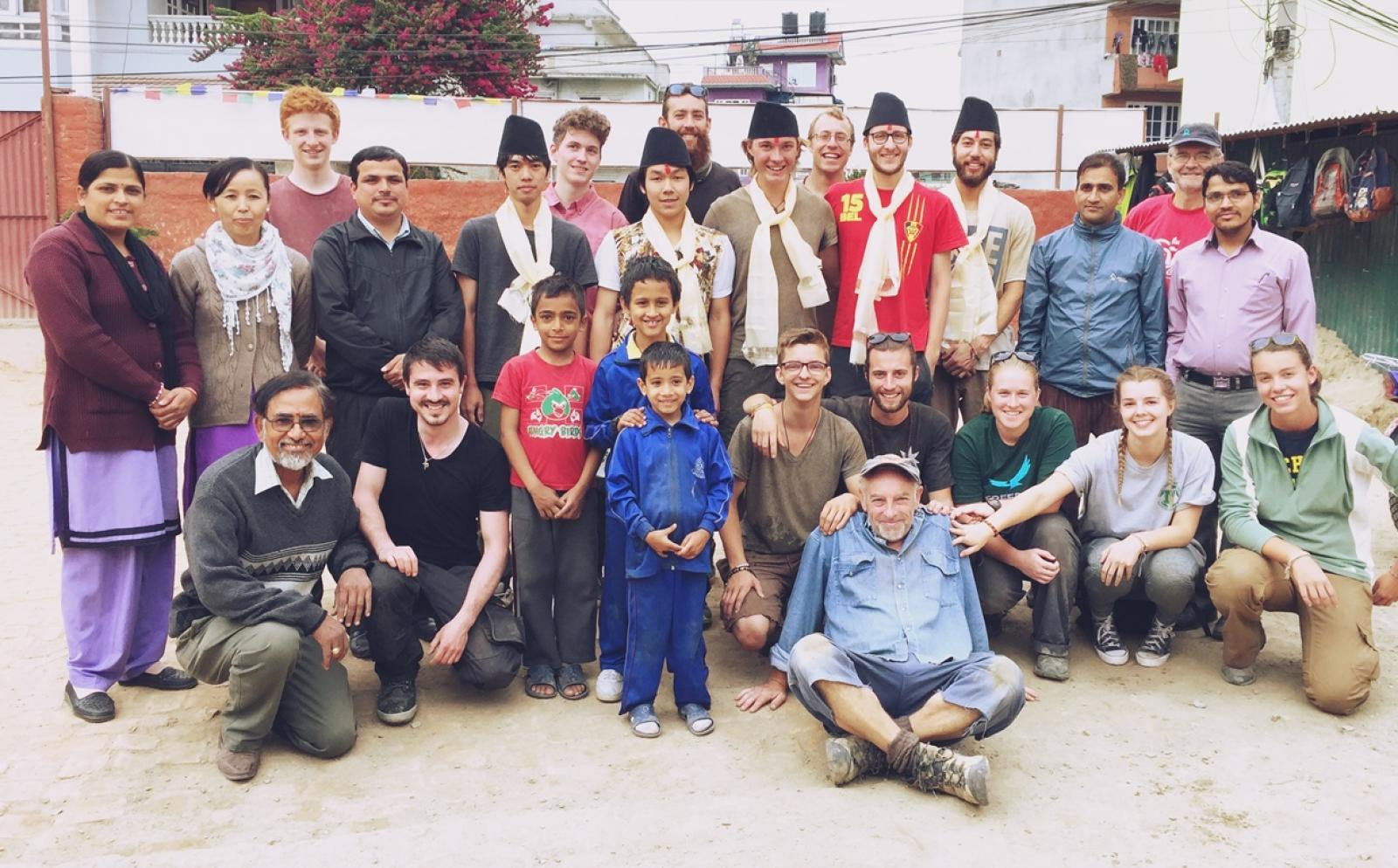 ネパールで建築ボランティア中の遠藤裕介さんと仲間たち